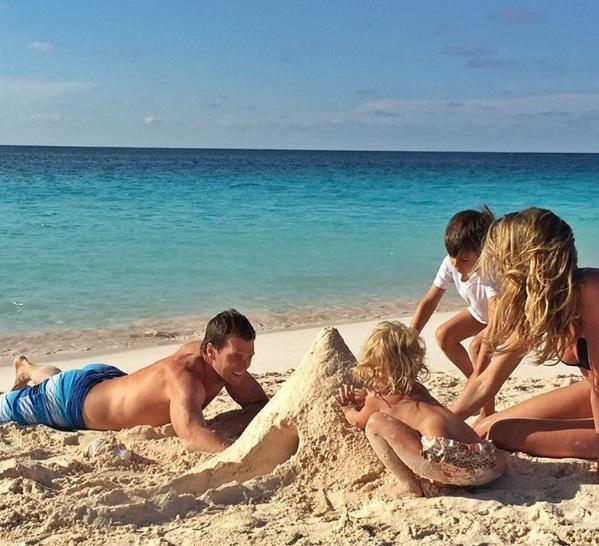Беззаботные деньки: Жизель Бундхен с мужем и детьми играет на пляже